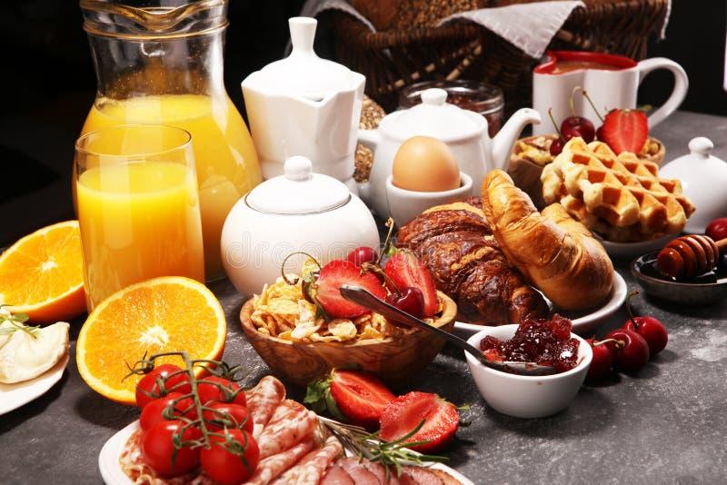Caf? da manh? saud?vel enorme na tabela com caf?, suco de laranja, frutos, waffles e croissant Conceito do bom dia foto de stock