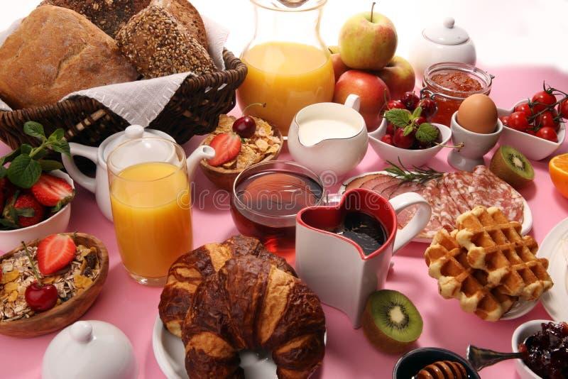 Caf? da manh? saud?vel enorme na tabela com caf?, suco de laranja, frutos, waffles e croissant Conceito do bom dia fotografia de stock royalty free