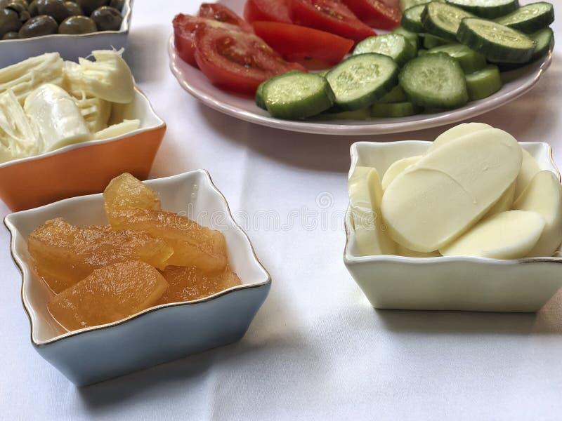 Caf? da manh? tradicional do turco servido na tabela foto de stock
