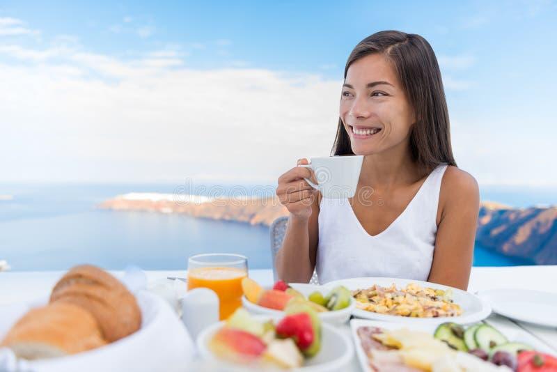 Caf? de consumici?n de la ma?ana de la mujer en el desayuno fotografía de archivo