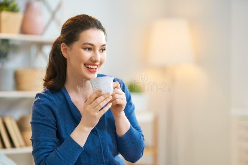 Caf? de consumici?n de la mujer foto de archivo libre de regalías