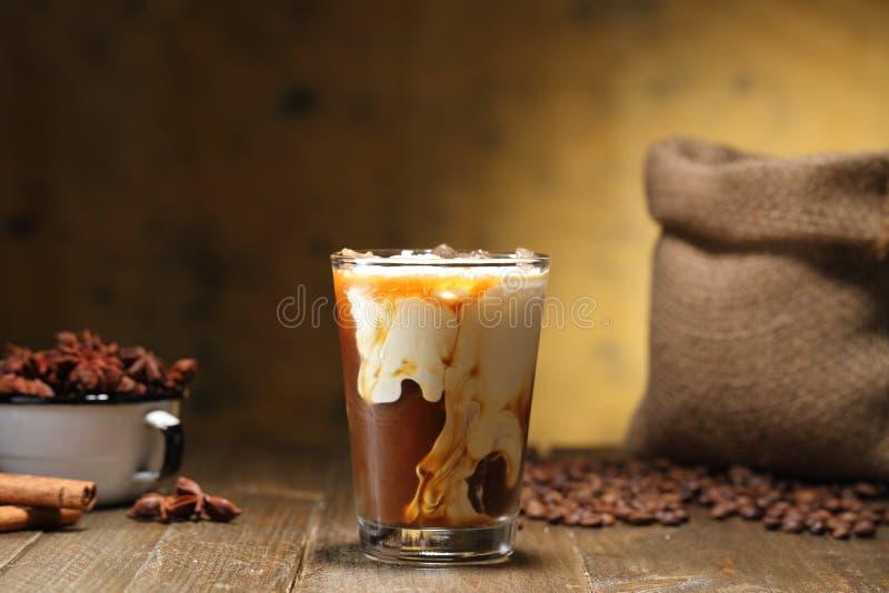 Caf? de glace et lait ou cappuccino en verre photo libre de droits