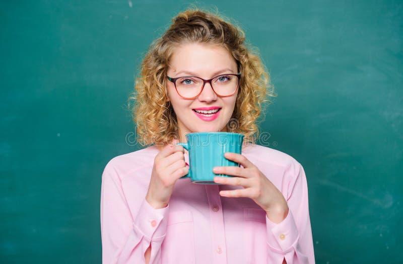Caf? de la ma?ana Buenos d?as muchacha que restaura con la bebida del té Idea e inspiraci?n energía y vigor reservas de la energí foto de archivo