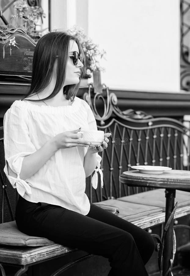 Caf? de la ma?ana Para fecha que espera la mujer elegante en vidrios bebe el caf? Buenos d?as Tiempo de desayuno la muchacha se r fotografía de archivo