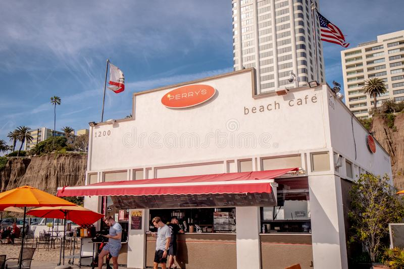 Caf? de la playa en Santa Monica Oceanfront - LOS ANGELES, los E.E.U.U. - 29 DE MARZO DE 2019 imagen de archivo libre de regalías