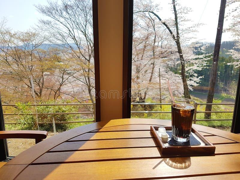 Caf? de matin sur la terrasse en caf? E image stock