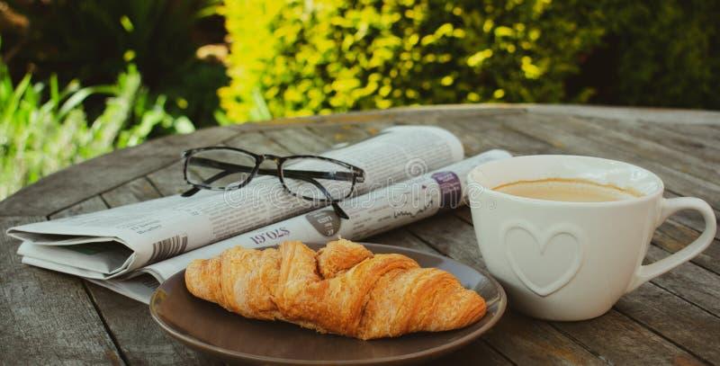 Caf? e jornais da manh? imagens de stock royalty free