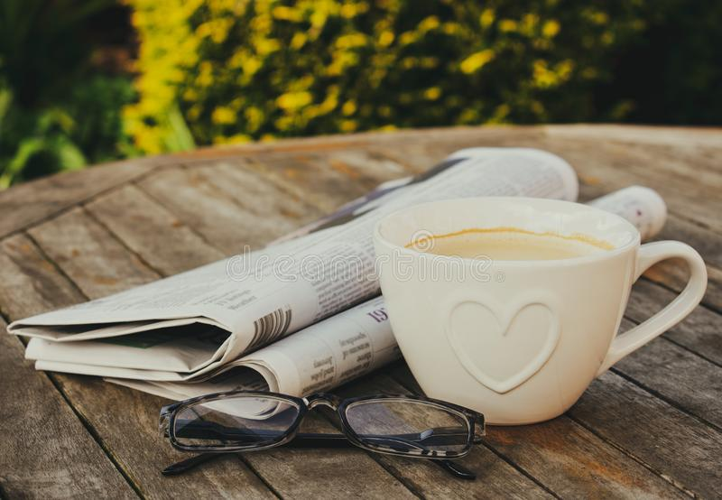 Caf? e jornais da manh? fotografia de stock