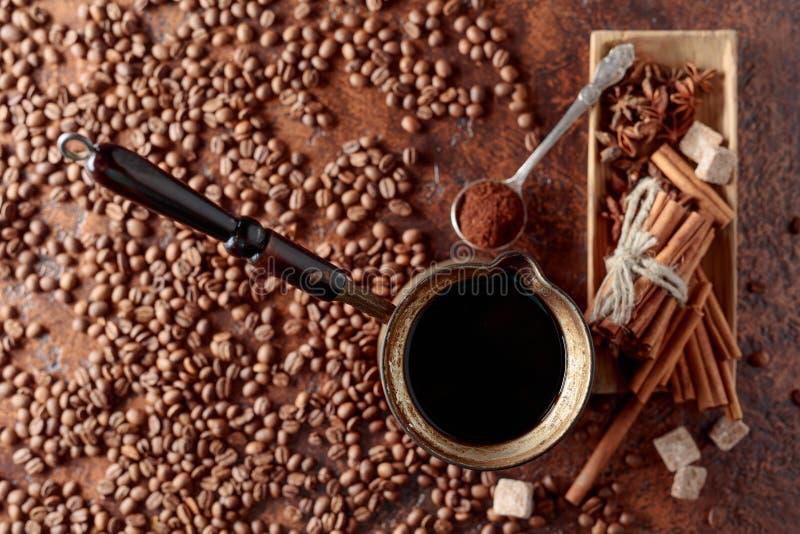 Caf? en un fabricante de caf? de cobre viejo con canela, an?s y az?car fotografía de archivo libre de regalías