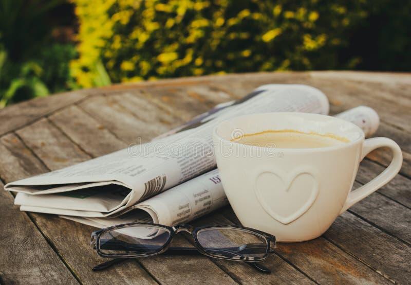 Caf? et journaux de matin photographie stock
