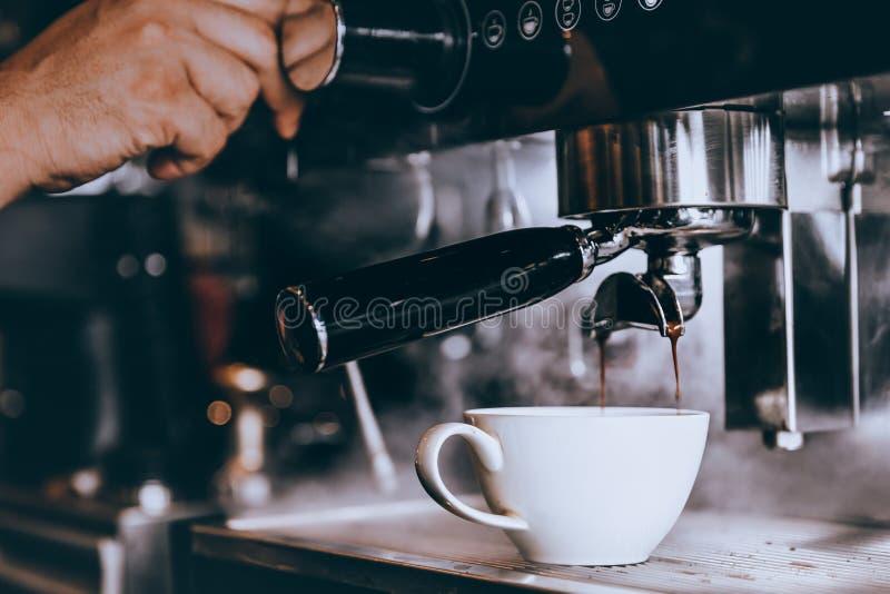 Caf? fresco do fabricante profissional de Barista com a m?quina na cafetaria ou no caf? imagem de stock