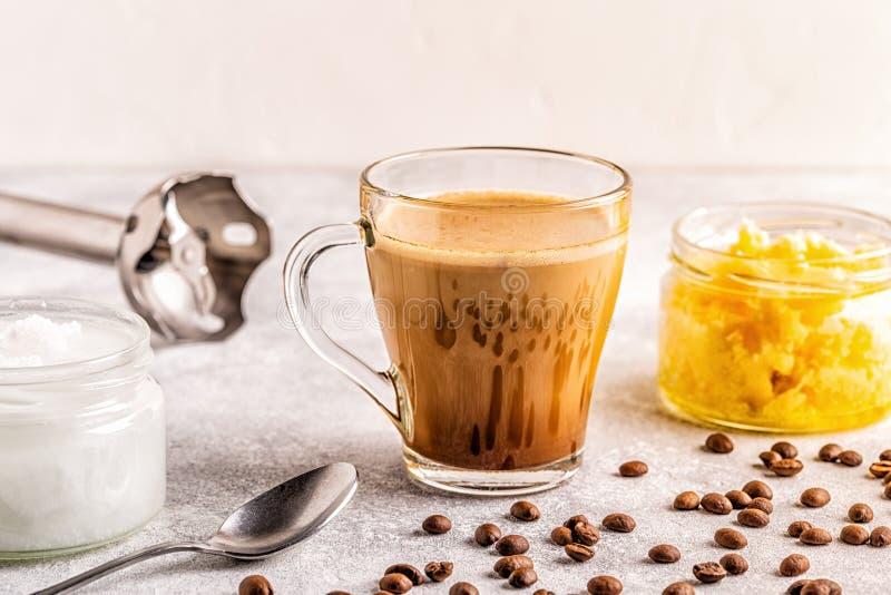Caf? mezclado con aceite de la mantequilla de la mantequilla de b?falo y de coco de MCT imágenes de archivo libres de regalías