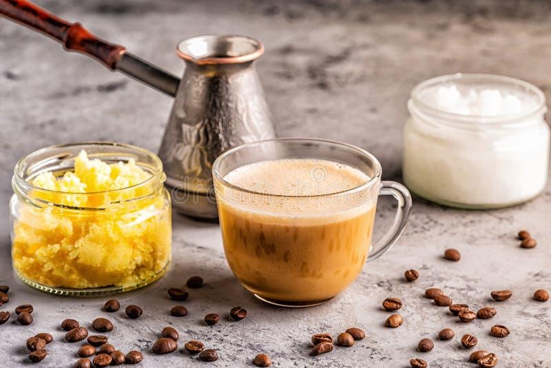 Caf? mezclado con aceite de la mantequilla de la mantequilla de b?falo y de coco de MCT imagen de archivo