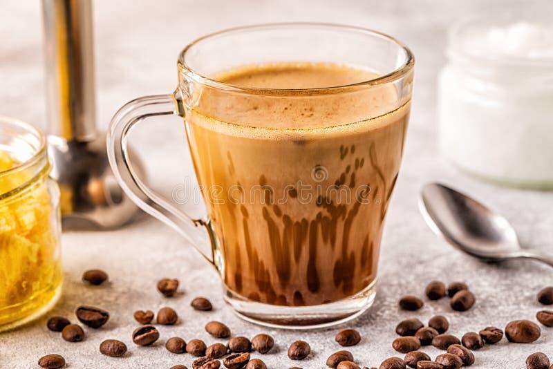 Caf? mezclado con aceite de la mantequilla de la mantequilla de b?falo y de coco de MCT foto de archivo