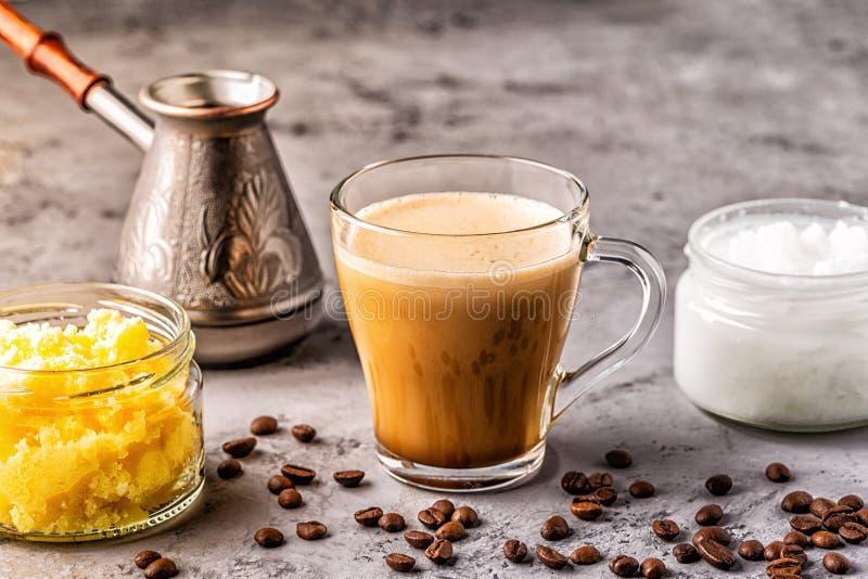 Caf? mezclado con aceite de la mantequilla de la mantequilla de b?falo y de coco de MCT imagen de archivo libre de regalías