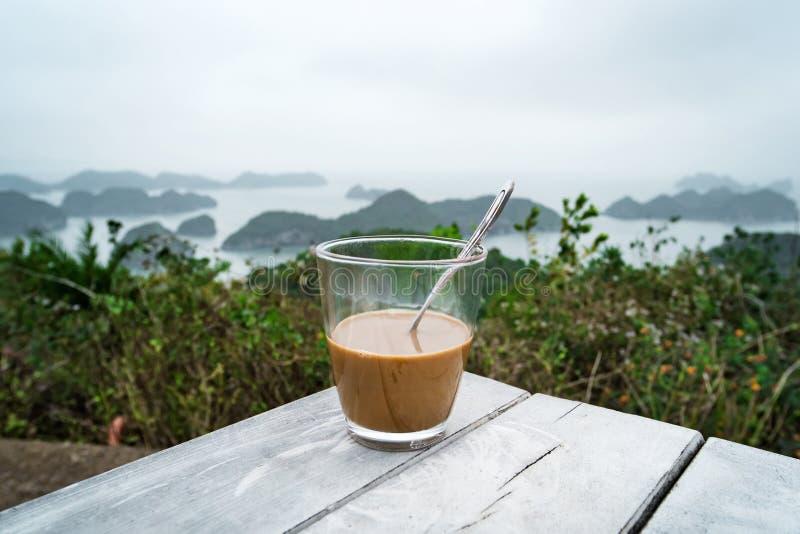 caf? ou th? sur des ?les et des montagnes de table Café vietnamien traditionnel avec du lait condensé dans un verre transparent e photos stock