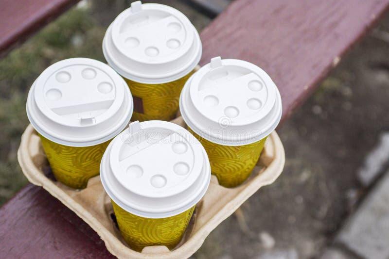 Caf? para llevar cuatro en sostenedor Tome el caf? para trabajar para la oficina entera Concepto del tiempo del caf? foto de archivo libre de regalías