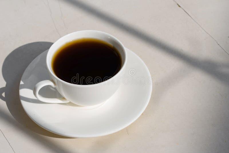 Caf? perfumado em um copo branco na natureza fotografia de stock royalty free
