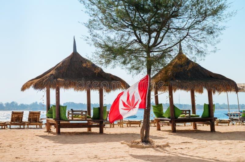 Cafe på en strand med hempflaggan arkivfoto