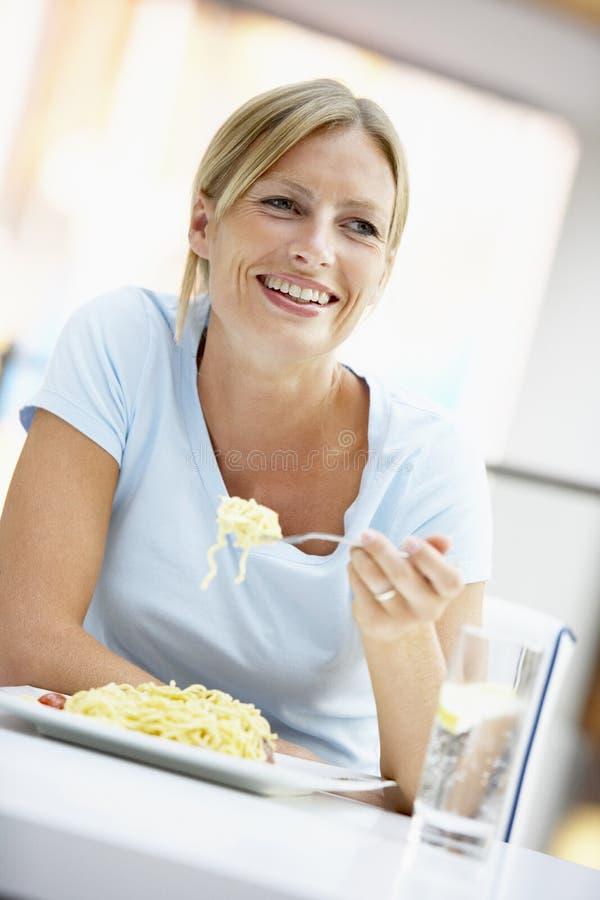 cafe som äter lunchkvinnan royaltyfri foto