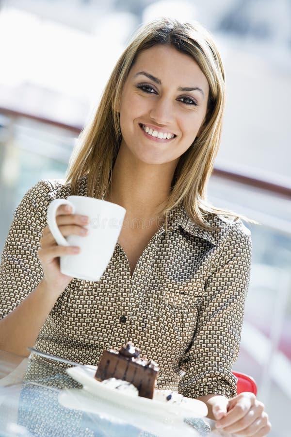 cafe som tycker om mellanmålkvinnan royaltyfria bilder