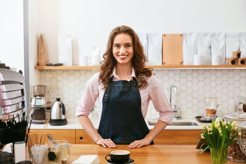Cafe Ståenden av kvinnlign Barista Working In Coffee shoppar royaltyfria foton