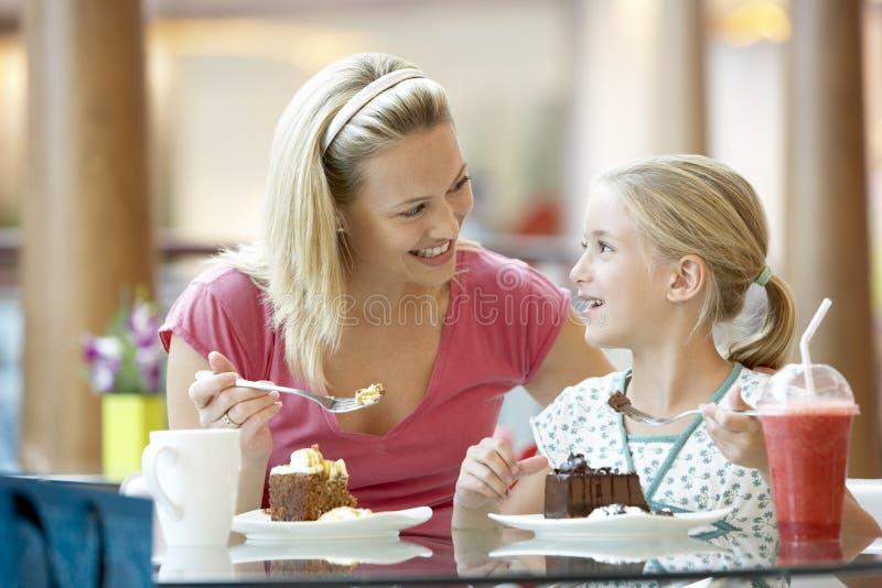 cafedotter som har lunchmodern tillsammans arkivfoto