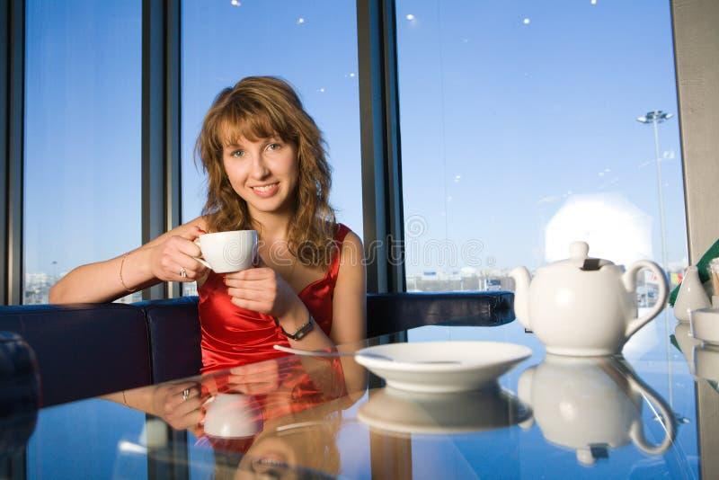 cafekvinnabarn royaltyfri bild