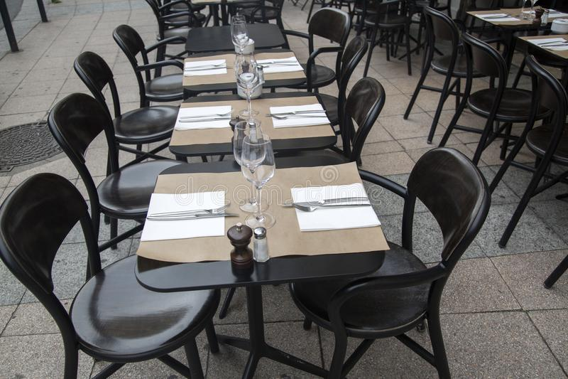 cafen chairs tabeller arkivfoto