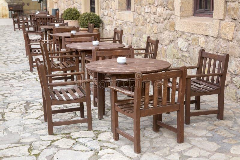 cafen chairs tabeller arkivbilder