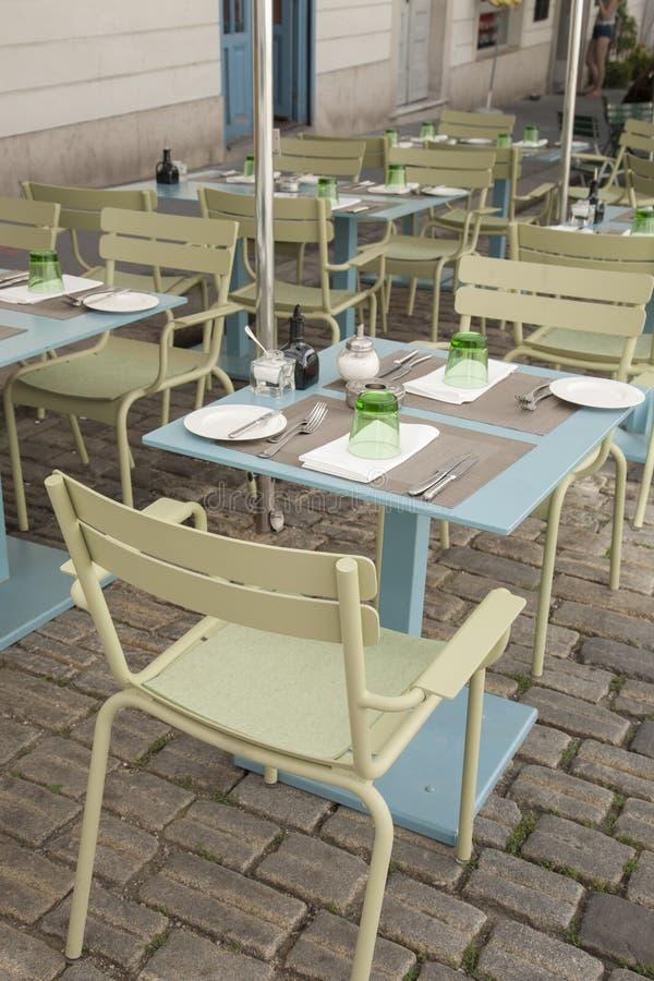 cafen chairs tabeller royaltyfri fotografi