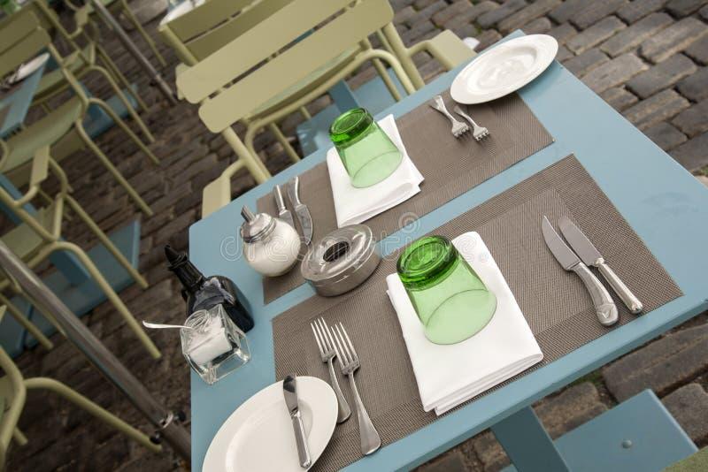 cafen chairs tabeller royaltyfri foto