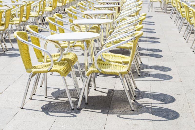 cafen chairs tabeller royaltyfria bilder
