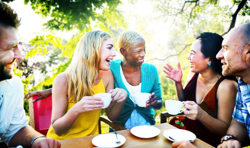 A cafetaria diversa dos povos fora conversa o conceito imagens de stock