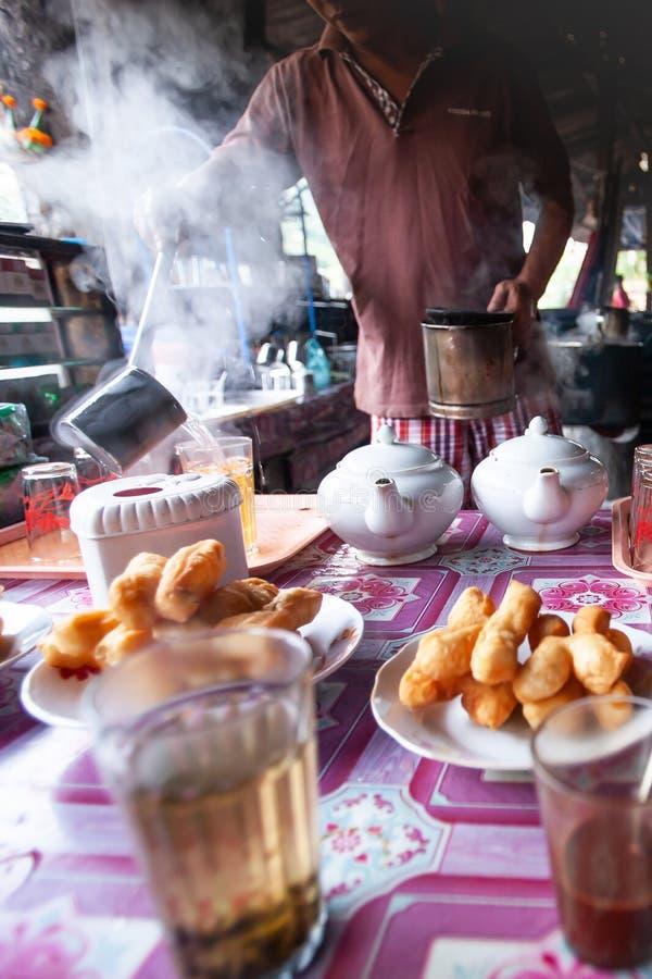 Cafetaria do ambiente do vintage, calmo e relaxando na cafetaria local em Luang Prabang, Laos fotos de stock