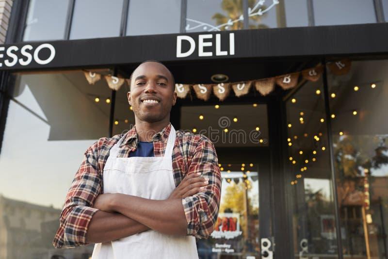 Cafetaria exterior ereta do proprietário empresarial masculino preto fotografia de stock