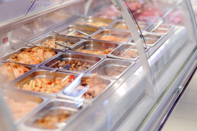 Cafetaria meeneemvoedsel in showcasevenster royalty-vrije stock afbeeldingen