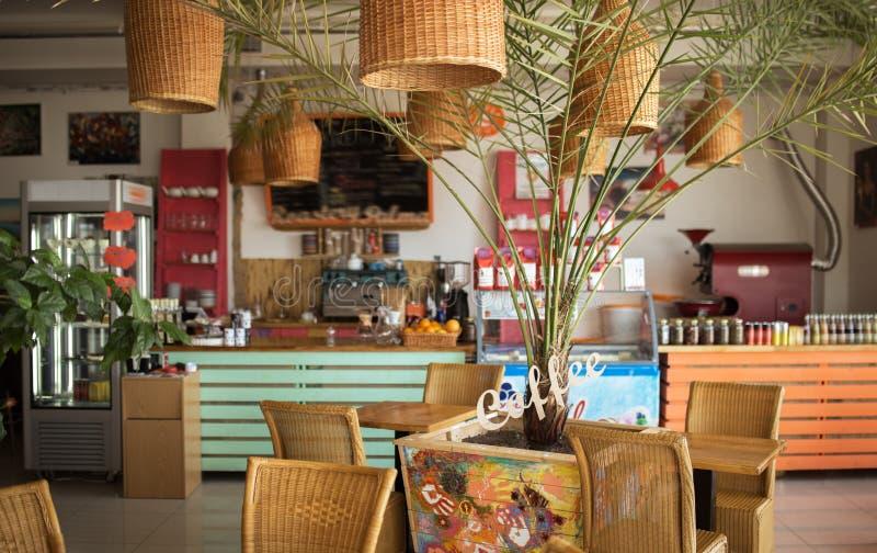 Cafetaria pequena no centro da cidade do turista fotos de stock
