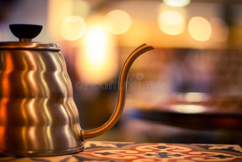 Cafeteira do metal com fundo do bokeh fotografia de stock