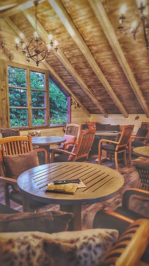 Cafetería acogedora con diseño interior de madera imagenes de archivo