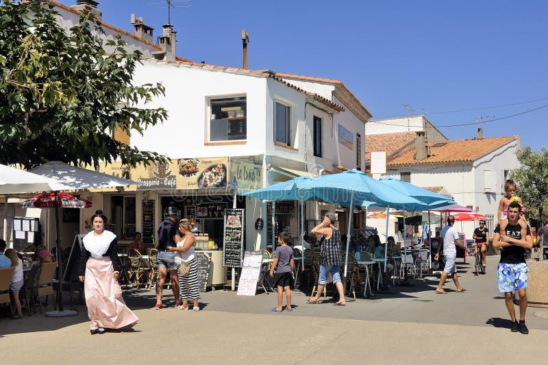 Cafetería en el centro de ciudad del Saintes-Maries-de-la-Mer imagen de archivo