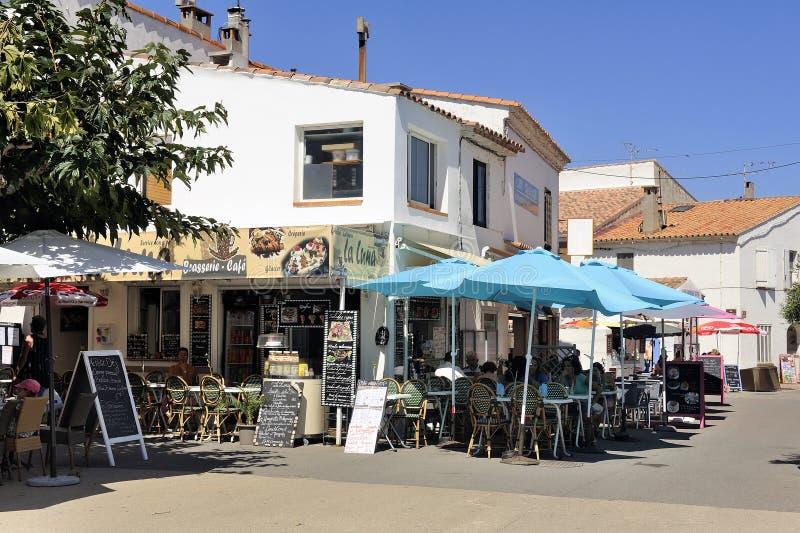 Cafetería en el centro de ciudad del Saintes-Maries-de-la-Mer imagenes de archivo