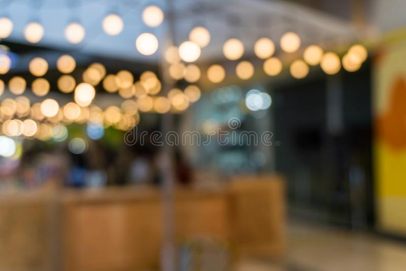 Cafetería en fondo de la falta de definición de los grandes almacenes con el bokeh foto de archivo