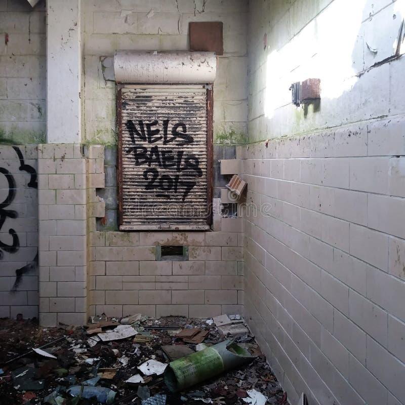 Cafetería Grungy Abandonada / Sala de almuerzo con graffiti foto de archivo