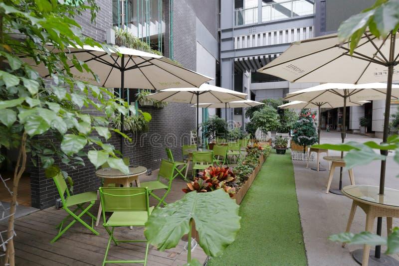 Cafetería y parasol al aire libre foto de archivo