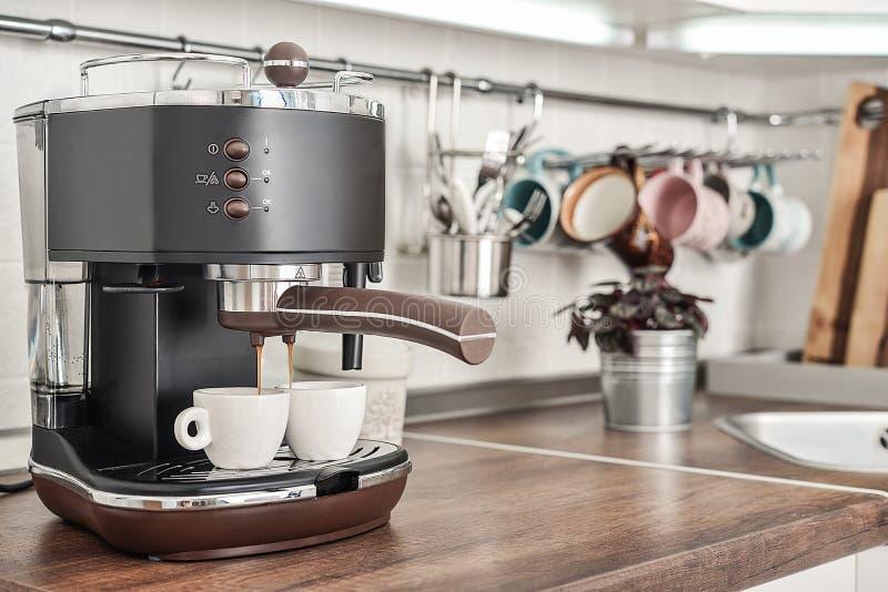 Cafetera con dos tazas imagenes de archivo