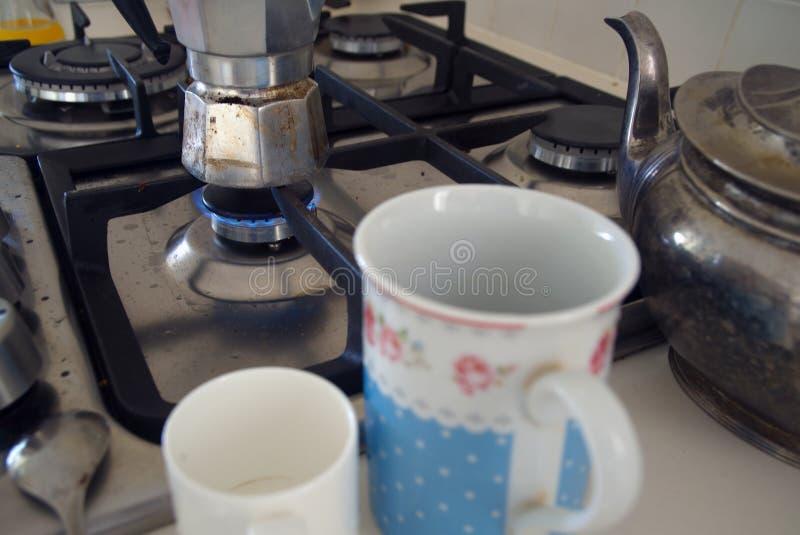 Cafetera en la estufa de gas fotografía de archivo libre de regalías