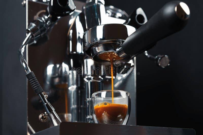 Cafetera metálica limpia de plata en proceso de elaboración de café fresco. Preparando el caf? en casa. Barista casero fotos de archivo