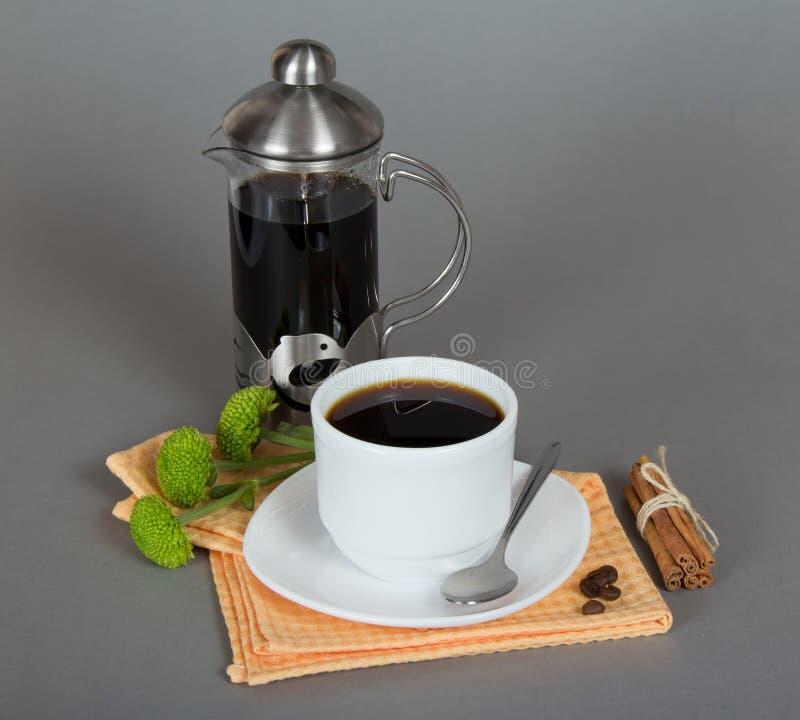 Cafetera y taza de café imagen de archivo libre de regalías