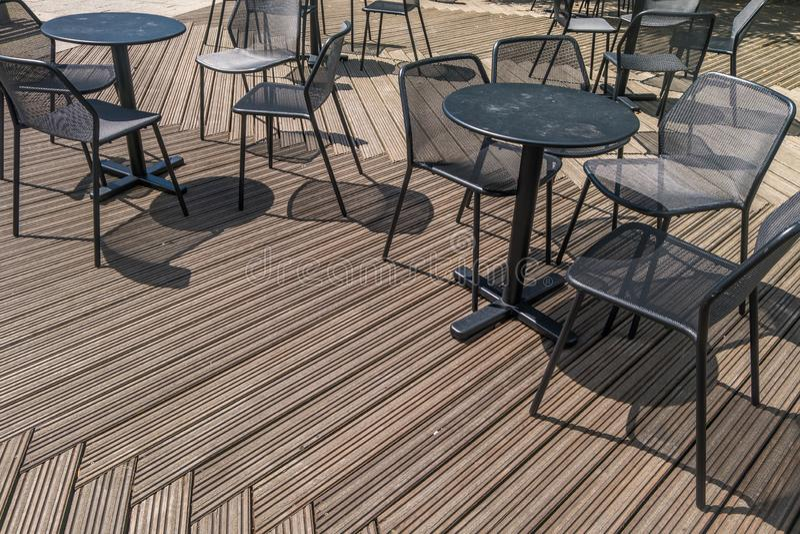 Cafeteria, Café-Tabellen im Freien und Stühle, Restaurant-Kaffee-Freilicht-Café im Freien, Stühle mit Tabellen, stockfotos